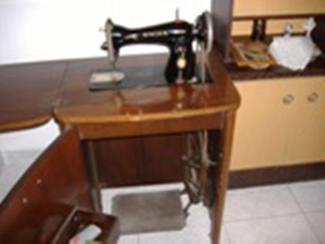 Alicante. Particular. VENDO máquina antigua de coser Singer