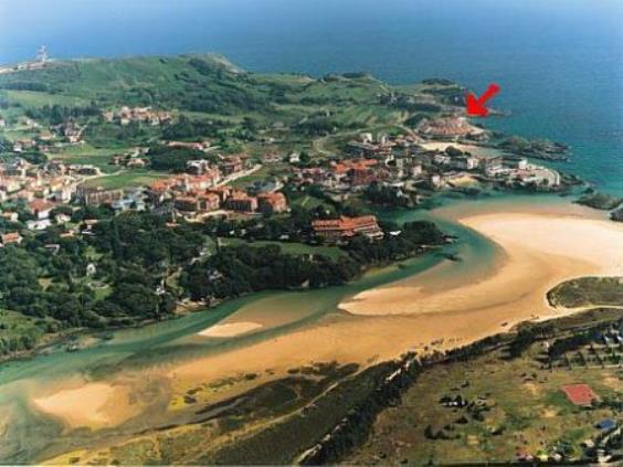 En ISLA. 1ª Línea de playa y con terraza con vistas al mar.