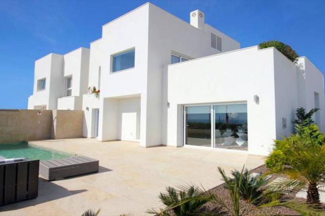 Espectaculares villas unifamiliares con vistas al mar en las colinas de Guardama