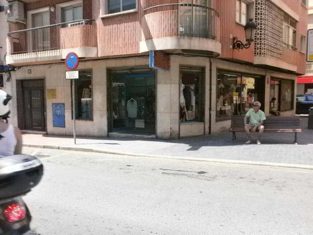 ECONOMICO TRASPASO DE TIENDA DE MODA Y COMPLEMENTOS EN ZONA DE MUCHO PASO Y FUNC