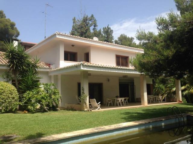 excelente chalet con piscina y hermosos jardines