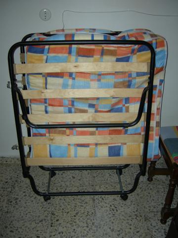 VENDO CAMA PLEGABLE CON COLCHON DE 80 CTMS. BUEN ESTADO.