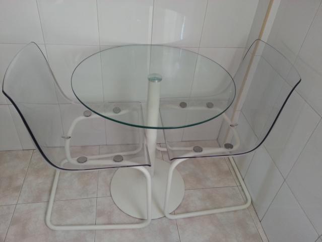 mesa de cristal y dos sillas