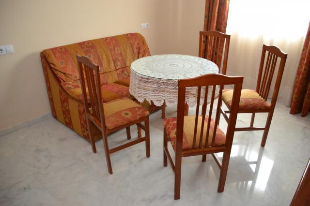 comedor compuesto por sofá, mesa y sillas