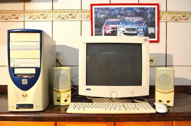 ordenador sobremesa con pantalla de 17 pulgadas