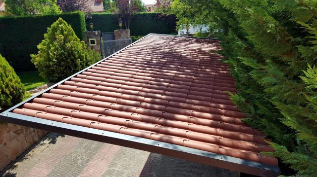 cambio sustitución de un tejado de una casa antigua o nave vieja.