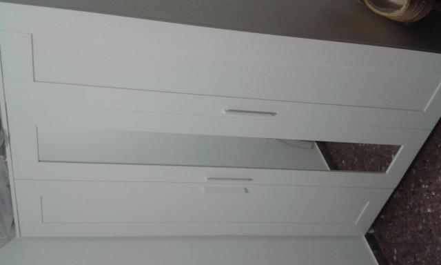 Armario blanco de tres puertas para dormitorio