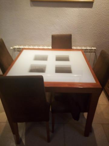 Vendo mesas de salón y vitrina